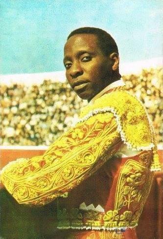 O toureiro Ricardo Chibanga, em traje solene, anos 60.